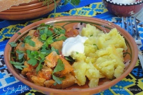 Подавать с картофелем, сметаной и обязательно со свежей зеленью петрушки, ведь это любимая зелень венгров.