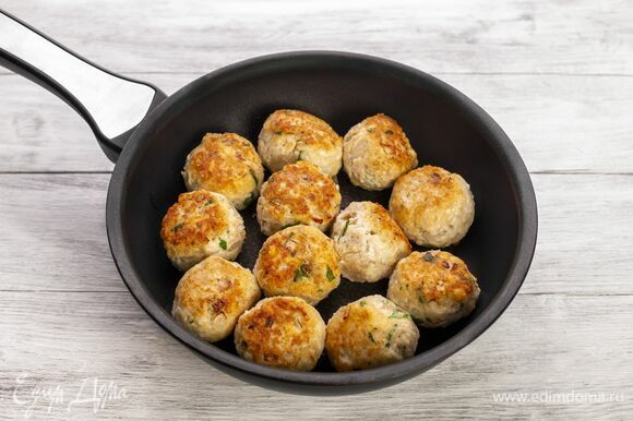 Из фарша сформируйте шарики. Выложите на сковороду с растительным маслом и обжарьте со всех сторон на сильном огне.