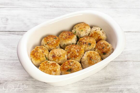 Выложите шарики на противень. Запекайте в духовке при 180 °С около 10 минут.