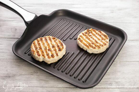 Обжарьте их на сковороде-гриль до готовности.
