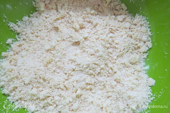 Просеять муку на рабочую поверхность, посыпать солью. Разложить по всей поверхности кусочки масла и перетереть масло руками в крошку.