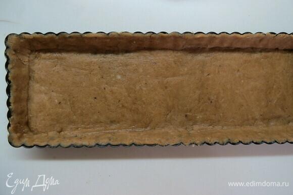 Раскатать тесто толщиной примерно 3 мм. Выстелить тестом дно формы, сделать бортики. Убрать заготовку в холодильник минимум на 30 мин. Чем дольше тесто стоит в холоде, тем меньше усадка теста при выпечке. Наколоть вилкой тесто по всему периметру формы. Духовку разогреть до 180°C, достать форму с тартом из холодильника, уложить внутрь формы бумагу для выпечки, насыпать сверху рис до самого верха и выпекать примерно 15 мин. Достать из духовки и аккуратно уберать пленку с рисом (я ничего не насыпала, так испекла, все вроде нормально). Дать основе остыть.