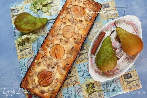 Выпекать около 35 минут, пока пирог не покроется румяной корочкой, а орехи не подрумянятся. Достать пирог и смазать груши медом (по желанию).