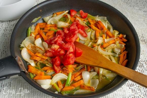 Добавляем мелко нарезанные помидоры или томатное пюре, сушеный тимьян, паприку. Солим, перчим, вливаем белое вино, выпариваем.