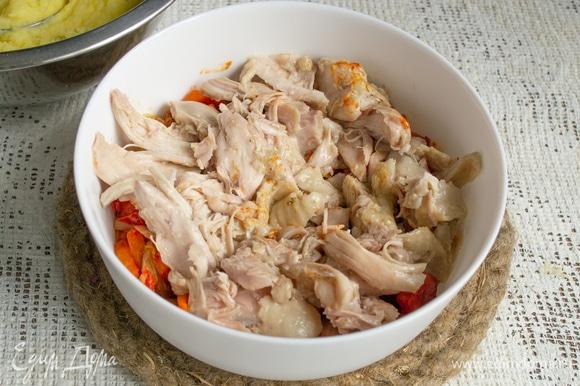 На овощи кладем вареное или жареное куриное мясо без костей и кожи.