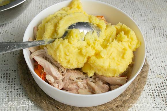 Следующий слой — приправленное картофельное пюре.