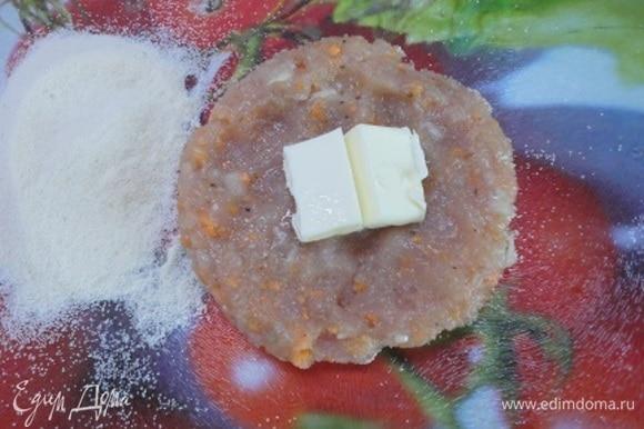Фарш разделить на шесть частей. Сформировать лепешки и в середину каждой положить кусочек холодного сливочного масла. Залепить края, сформовать биточки и запанировать в сухарях или манной крупе.