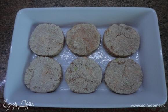 Выложить в смазанную маслом форму, накрыть фольгой и запекать в духовке 30 минут при 200°C. Затем фольгу убрать и продолжить запекание еще 10 минут в верхней части духовки.