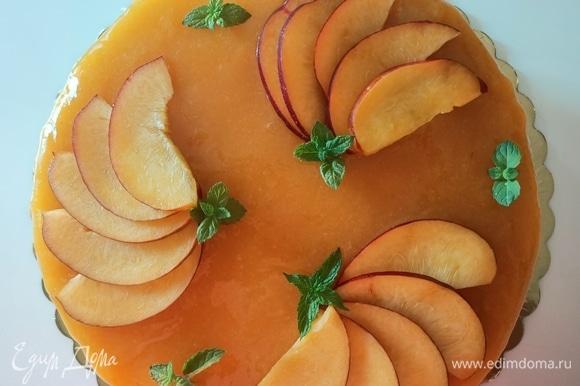 Охлажденный и полностью остывший десерт освободить от формы, украсить ломтиками нектарина и листиками мяты.
