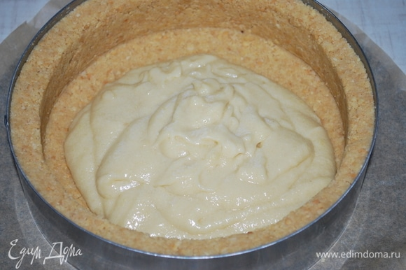 Миндальное тесто выложите на основу и запекайте в духовке при 170°C примерно 20 минут.