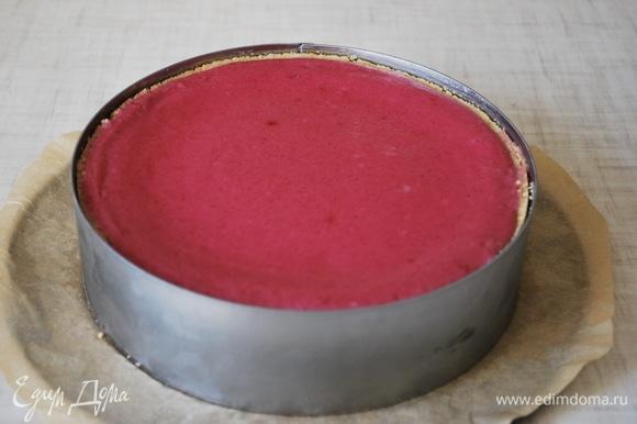 Украсьте чизкейк по своему желанию. Я его украсила свежей малиной и полила карамельным сиропом.