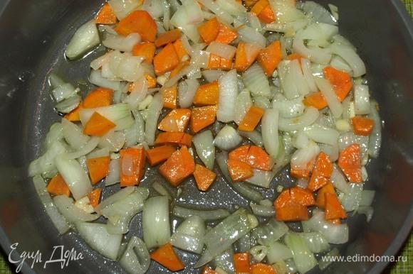 Лук, чеснок и морковь очистить. Измельчить. Обжарить на растительном и 20 г сливочного масла до золотистого цвета моркови.