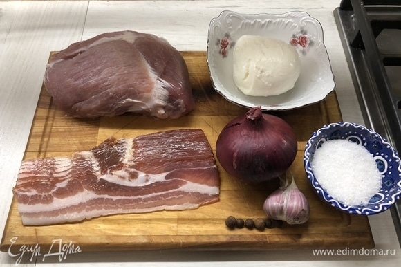 Достаньте все из упаковок. У мяса срежьте лишний жир и пленки, просушите его бумажным полотенцем.