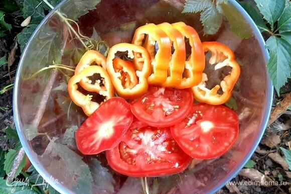 Кружочками нарезать помидор и перец.