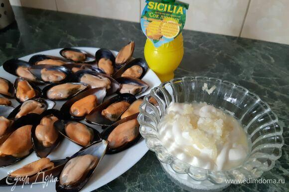 Берем 150 г майонеза, добавляем 3 средних зубчика чеснока, 5 ч. л. лимонного сока Sicilia. Все перемешиваем.