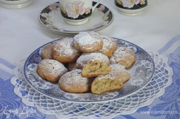 Выпекать 20 минут. Ориентируйтесь на свою духовку. Готовое печенье остудить и посыпать сахарной пудрой.