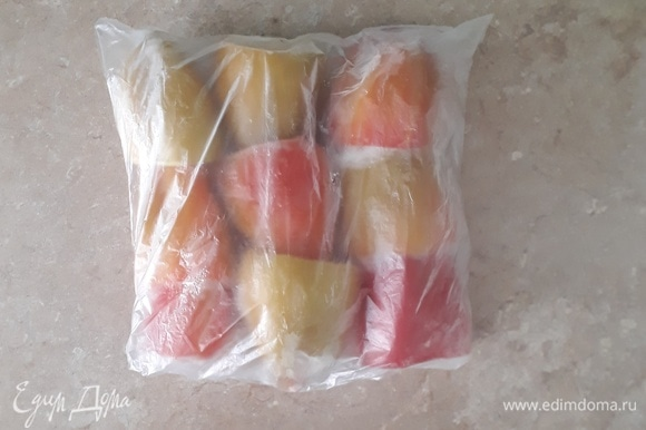 Сейчас сезон свежих овощей, и у нас вот-вот появятся ароматные сладкие перцы. Но я в морозильной камере нашла последнюю упаковку замороженных, поэтому приготовлю их. В сентябре я всегда замораживаю на зиму перцы и в большом количестве, заполняю ими одну, а то и две корзины камеры. Мою, удаляю сердцевинку, складываю в мешочек и отправляю на зимовку.