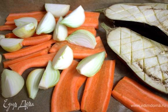 Морковь толстую делим на полоски или тонкую — на четверти. Лук мелкий — так же. Баклажан — пополам, сделайте сеточку ножом.