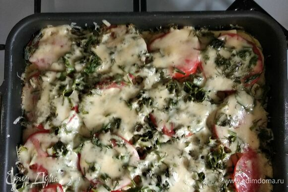 Вытащить овощи из духовки, посыпать зеленью, залить яичной смесью и поставить в духовку минут на 10. Достать, посыпать сыром и вернуть в духовку. Запекать, пока сыр полностью не расплавится. Легкая и полезная запеканка готова! Приятного аппетита!