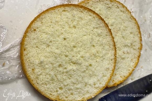 Готовый бисквит охладить и разрезать на 2 части.