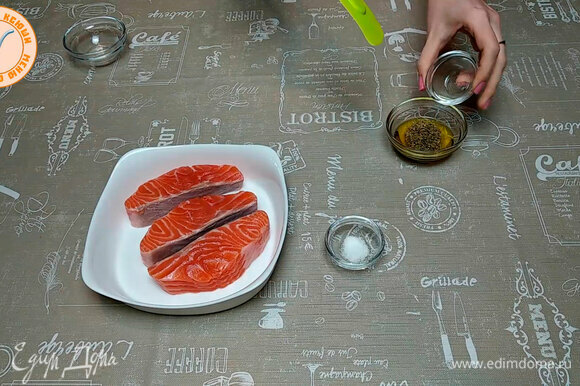 Первым делом нужно приготовить маринад: в оливковое масло добавляем лимонный сок, орегано и соль, все аккуратно перемешиваем.