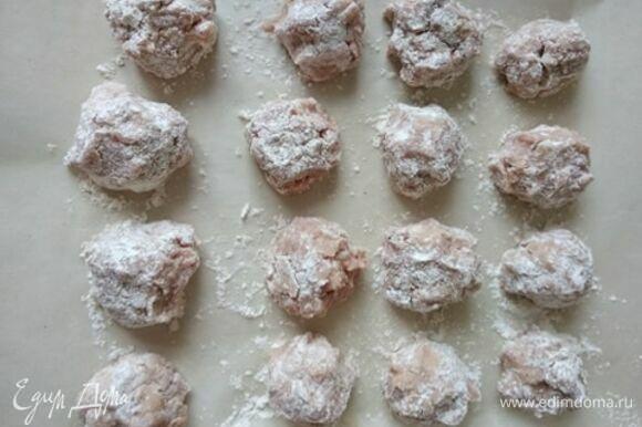 С белого хлеба срезать корочки и замочить в молоке на 5 минут. Отжать хлеб. В фарш из индейки добавить хлеб, яйцо, мелко нарубленный лук и чеснок, прованские травы, соль и перец. Хорошо вымешать фарш и дать ему постоять в холодильнике минут 30. Достать из холодильника фарш. Слепить фрикадельки и обвалять их в муке. Противень застелить пергаментом, выложить фрикадельки и отправить в предварительно разогретую до 180°C духовку на 15 минут.