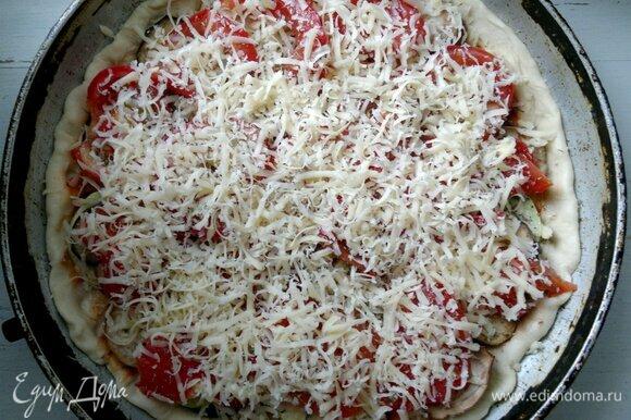 Сыр натереть на мелкой терке и посыпать пиццу. Поставить форму с пиццей в духовку, разогретую до 220°C, на 15–20 мин. Ориентируйтесь при выпечке на свою духовку.
