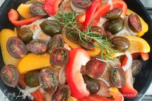 Затем добавляем вино, помидоры и веточку розмарина. Немного солим овощи, накрываем крышкой, убавляем огонь и тушим 30–40 минут.