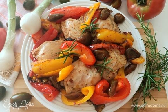 Готовые куриные бедра с овощами помещаем на блюдо, украшаем розмарином и подаем. Приятного аппетита!