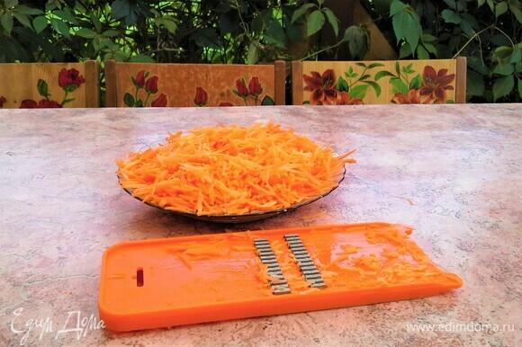 Для приготовления начинки морковь почистить, натереть на терке. Лук почистить, нарезать.