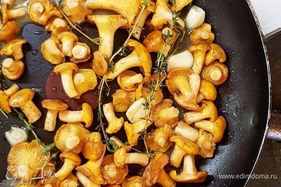 Промойте лисички. Поставьте воду для пасты. Возьмите сковороду, разогрейте хорошенько со сливочным и оливковым маслами. Бросьте на масло пару веточек тимьяна и нарезанные зубчики чеснока, прогрейте. Бросьте туда же лисички. Прожарьте до испарения влаги и появления румяного цвета.