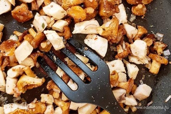 Нарежьте грудку брусочками. Лук мелко-мелко порубите. Извлеките из лисичек тимьян и чеснок. Добавьте курицу и лук, свежемолотый перец. Жарьте на довольно сильном огне пару минут.