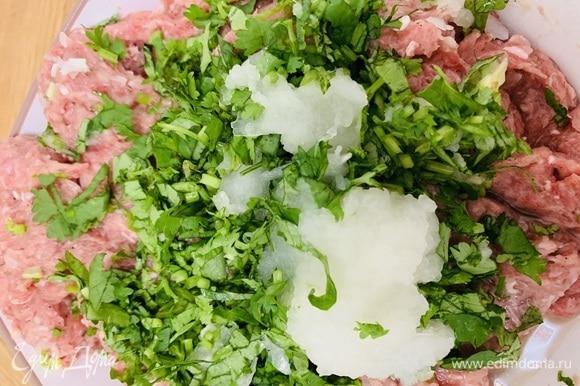 В мясной фарш добавить измельченную зелень, протертый лук и остальные специи. Перемешать до однородности.
