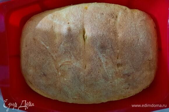 Достаем хлеб из духовки и кладем на решетку остывать.
