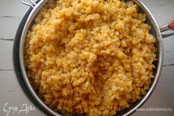 Вареную чечевицу откинуть на дуршлаг для стекания жидкости. Затем выложить чечевицу в подогретую тарелку и сохранять в тепле.