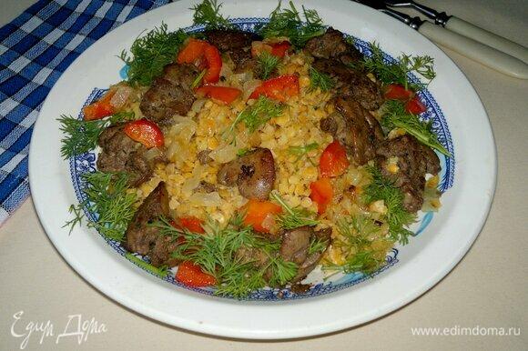 В тарелку с чечевицей выложить лук с перцем и печенку вместе с маслом, перемешать. Украсить салат свежим укропом. Подать салат к столу.