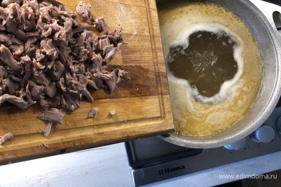 В зажарку добавьте процеженный бульон, отделите мясо от шеи, нарежьте, нарежьте порционно перепелку, отправьте все в кастрюлю еще на 10–15 минут, продолжая убирать верхний слой пенки.