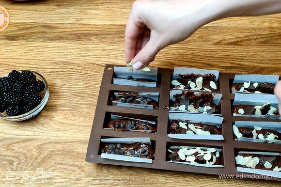 Отсаживаем маффины в формы, добавляем кусочки шоколада. Выпекаем при температуре 180°C 20 минут.