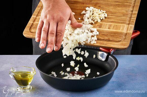 Приготовьте соус. Для этого нарежьте кубиком лук, а чеснок измельчите. Пассеруйте до золотистого цвета в растительном масле.