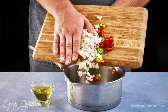 В сотейник добавьте оливковое масло и обжарьте овощи.