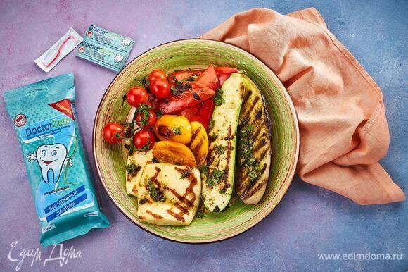На тарелку выложите овощи, приготовленные на гриле, полейте сверху половиной заправки. Сверху выложите сыр и вылейте оставшуюся заправку. Это блюдо можно подавать в качестве теплого салата к рыбе или мясу.