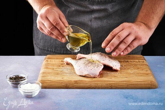 Утиные ножки смажьте оливковым маслом, посыпьте солью и перцем.