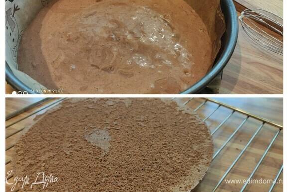 Выложить тесто в форму, разровнять и выпекать 15–20 минут. Готовность бисквита проверить на сухую палочку. Дать остыть на решетке.