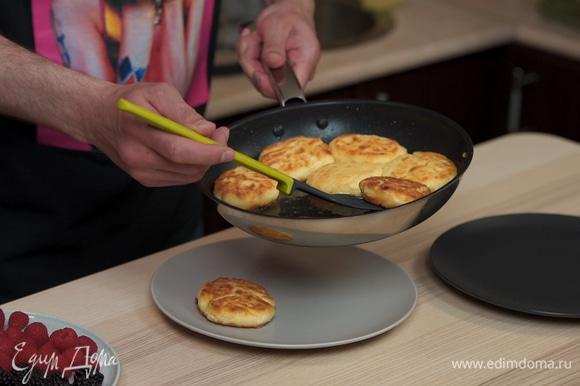 Выкладываем вкуснейшие сырники на тарелку.