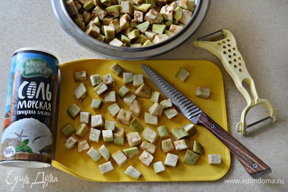 Баклажаны очистить от кожуры, нарезать небольшими кубиками, посыпать солью и оставить на 15 минут. Затем промыть баклажаны, промокнуть и обсушить с помощью бумажных полотенец.