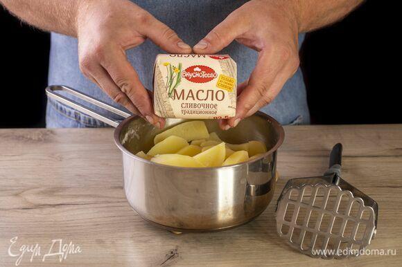 С отваренного картофеля слейте часть воды. Подготовьте сливочное масло «Вкуснотеево».