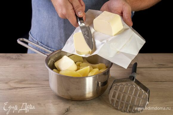 Добавьте в картофель. Пюрируйте.