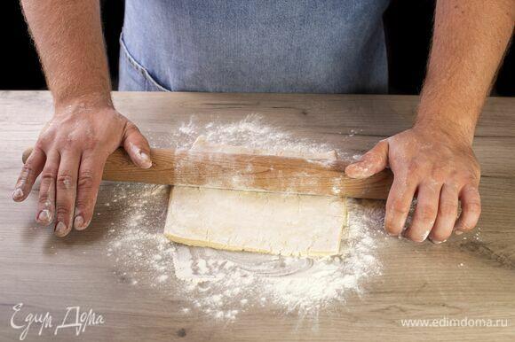 Тонко раскатайте слоеное тесто.