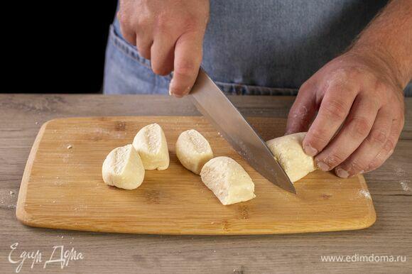 Каждую часть скатайте в колбаску. Нарежьте тесто на ломтики шириной 1,5 см.