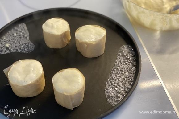 Смазать сковороду каплей масла. Из пергамента сделать формы для оладий. Я слепила края тестом.